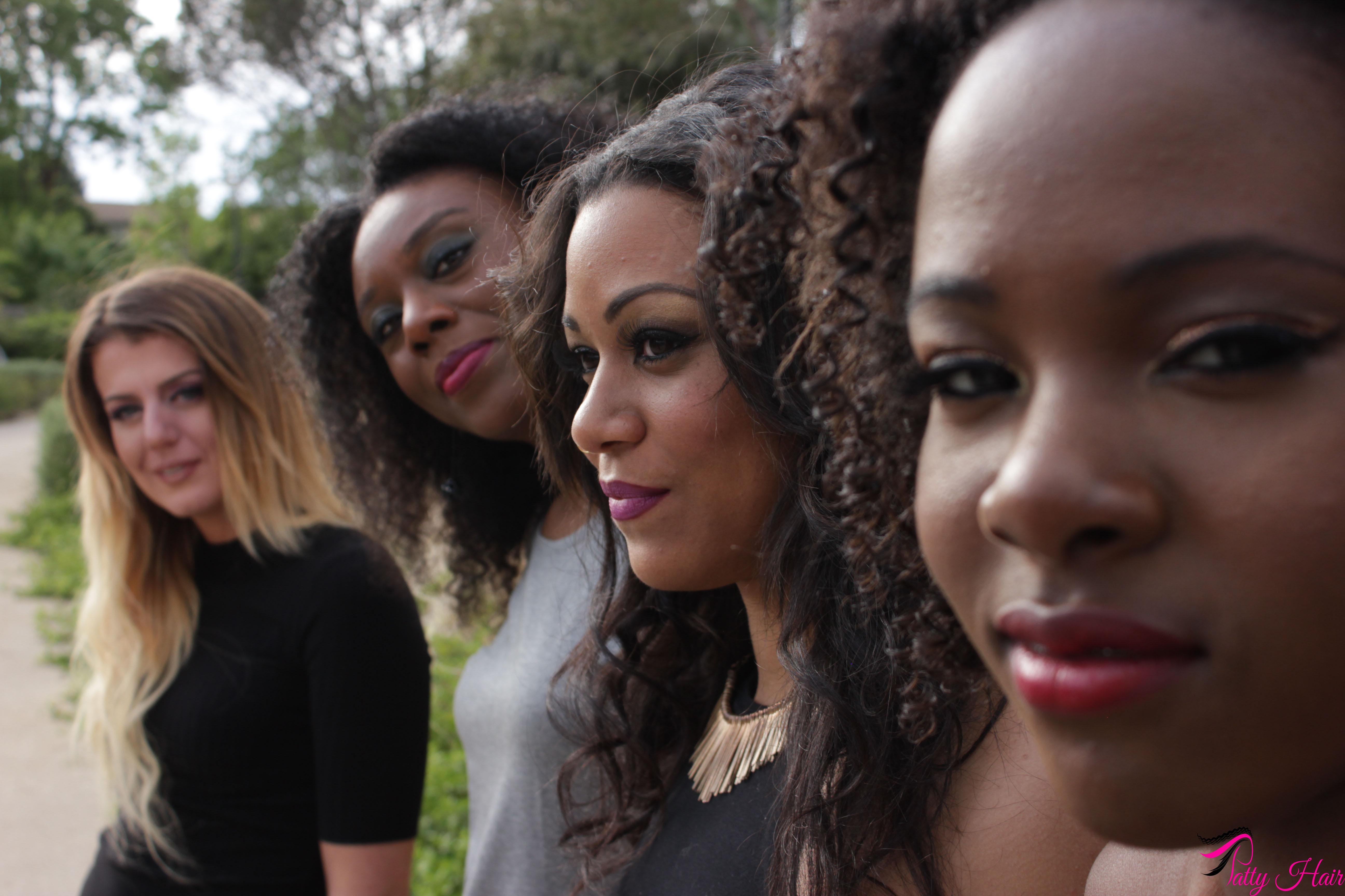groupe de filles portant des extensions de cheveux de texture différentes